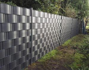 Doppelstabmattenzaun mit PVC Streifen als Sichtschutz