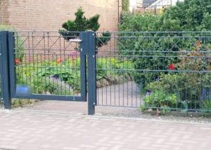 Kleines Gartentor mit Kreuz Dekor